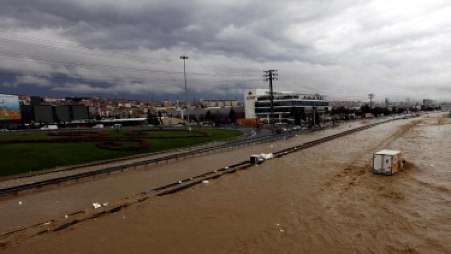 По последни данни над 30 души са загинали при проливните дъждове в страната