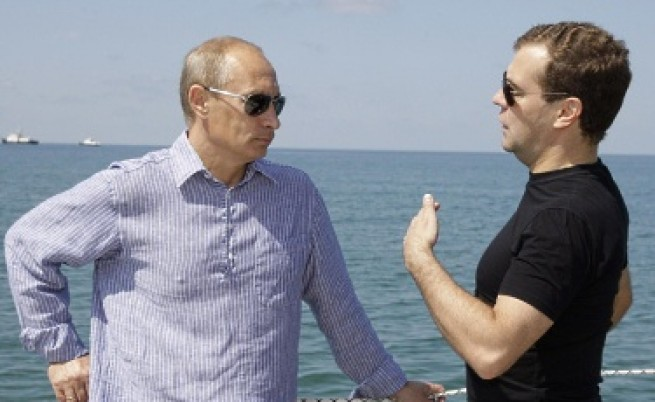 Руснаците: Путин, а не Медведев управлява