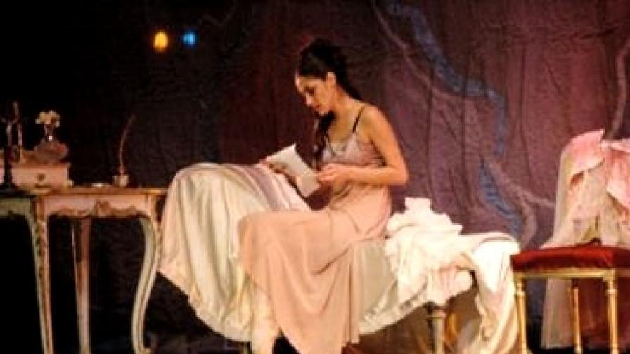 Главната героиня е куртизанка, която умира от туберкулоза