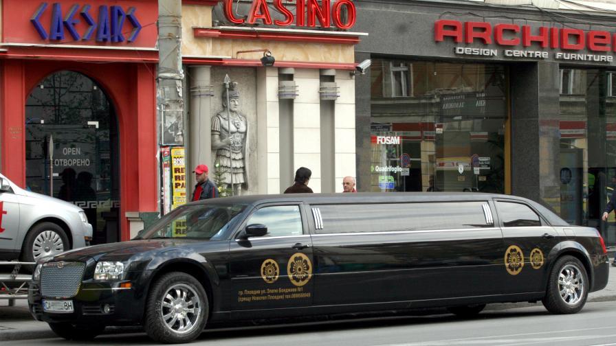 Инвалиди и роми изнасят луксозни коли
