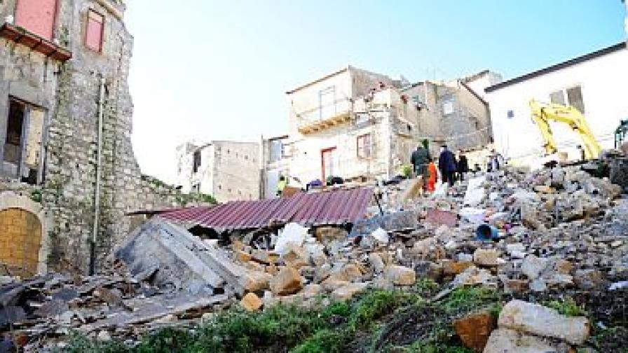 Две деца загинаха при рухване на сграда в Сицилия