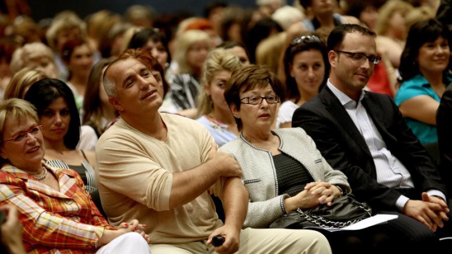 Председателката на Асоциацията на жените в ЕНП Дорис Пак (л), Бойко Борисов и председателката на ЖЕНИ ГЕРБ д-р Геновева Алексиева (снимка от учредителната конференция на ЖЕНИ ГЕРБ, юли 2008 г.)
