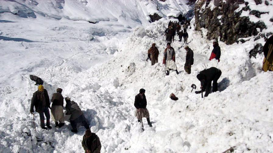 Десетки под лавина в Пакистан