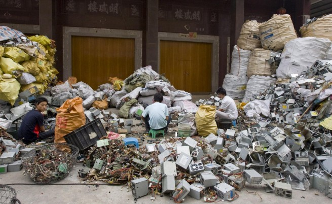 Планини от е-отпадъци растат в Индия и Китай