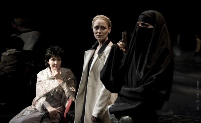 Отляво:Ангелина Славова, Койна Русева и Искра Донова в сцена от спектакъла