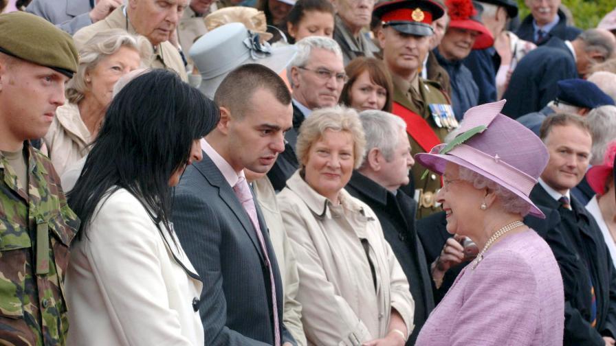 Крейг с майка си и кралицата