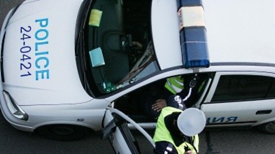 Баща и син нападнаха полицаи в Ямбол