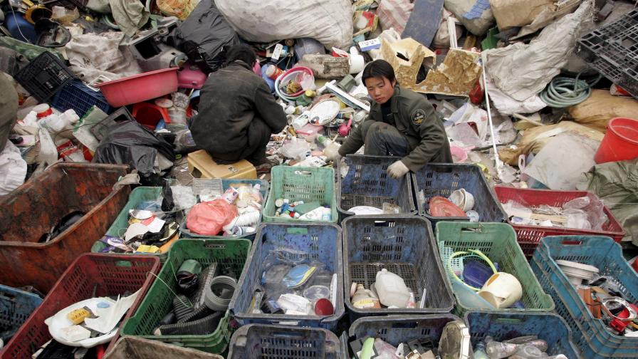 Мощни спрей парфюми срещу миризмата на сметищата в Пекин