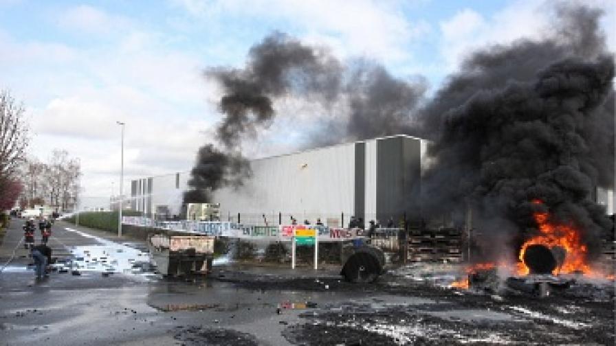 Гневни работници заплашват да взривят фабриката си