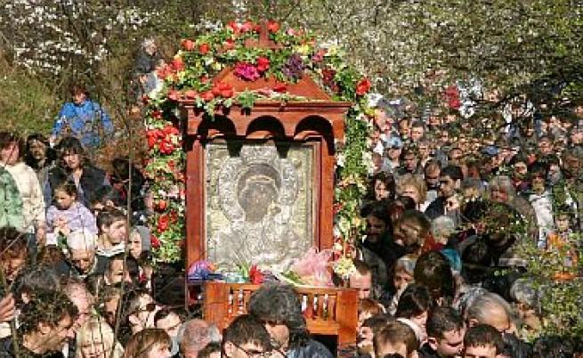 Пренасят чудотворната икона на Богородица