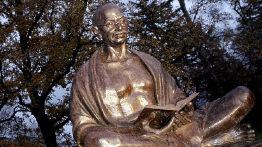 Историк рови в личния живот на Ганди