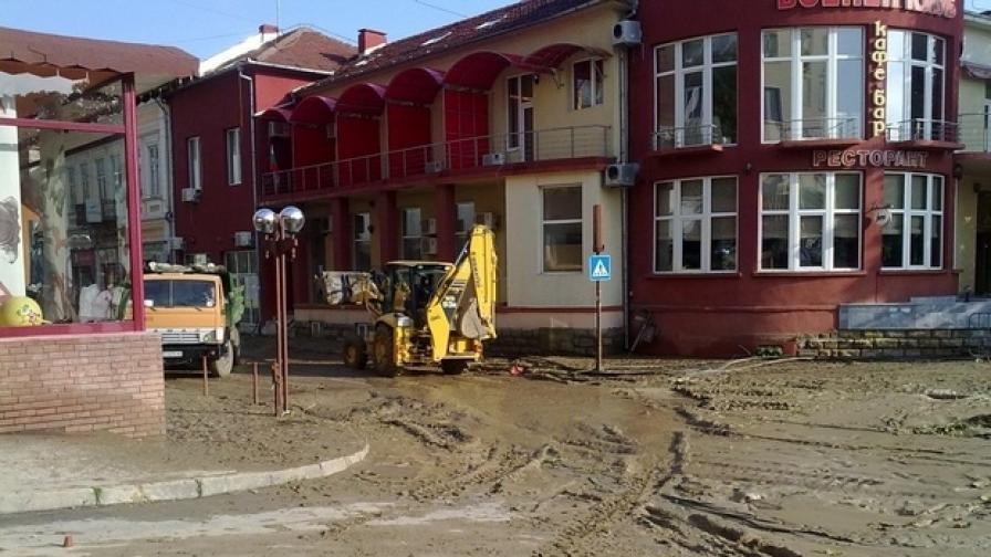 Затлачени с пясък и тиня са улици в центъра на Свищов