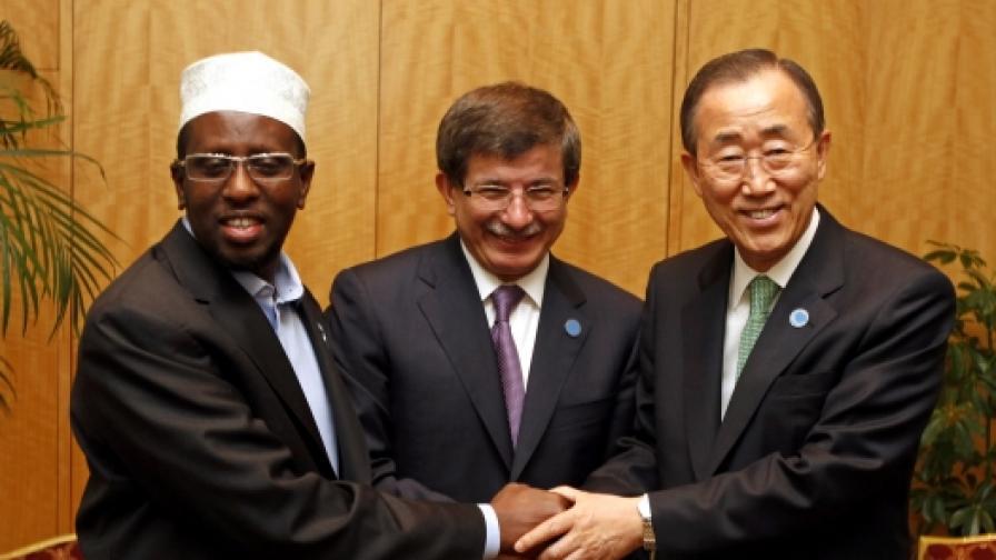 Сомалийският президент Шариф Шейх Ахмед, турският външен министър Ахмет Давутоглу и генералният секретар на ООН Бан Ки-мун в Истанбул
