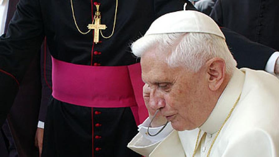 Подслушвали телефона на папата