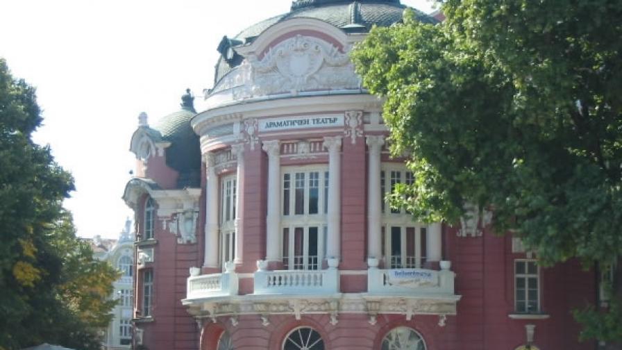 В тази красива сграда от десетилетия съжителстват Варненският драматичен театър и Варненската опера