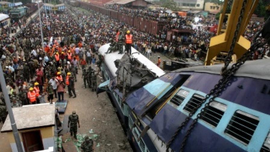 Тежка жп катастрофа в Индия, жертвите са десетки
