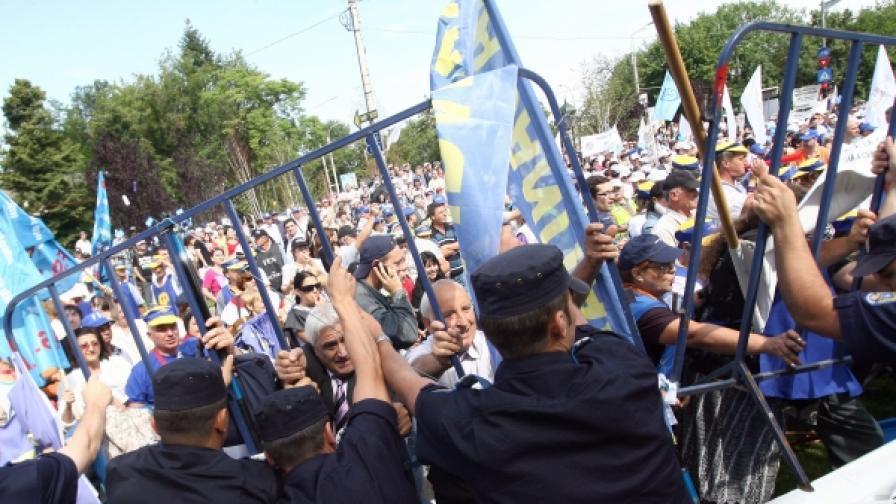 Протести пред президентския дворец в Румъния, заради намаляването на заплати и пенсии (снимка от 25 юни 2010 г.)
