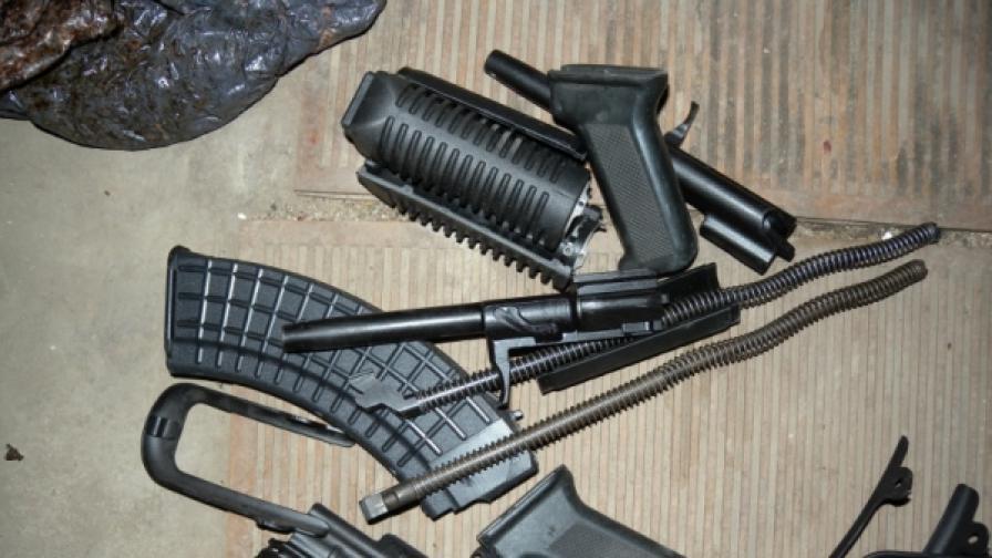 """В и около Казанлък полцията често намира незаконно притежавани автомати """"Калашников"""" или части за тях (снимка от април 2010)"""