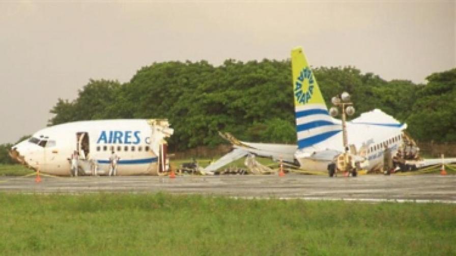 Самолет се разцепи при кацане в Колумбия