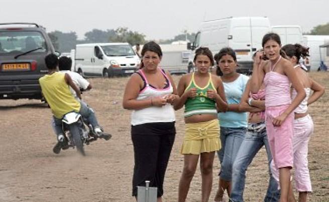 МВР: Първият самолет с роми не е за България