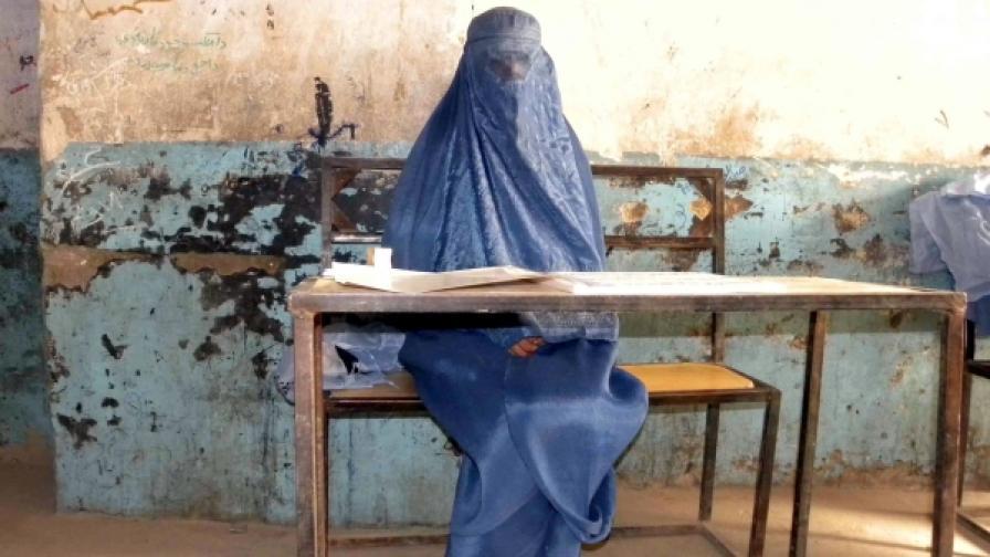 Служителка в избирателна секция в Афганистан