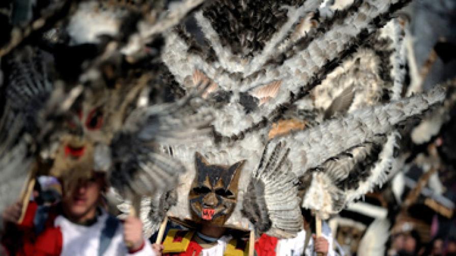 С парад на кукери на 30 януари тази година в гр. Перник се проведе Международният фестивал на маскарадните игри Сурва 2010