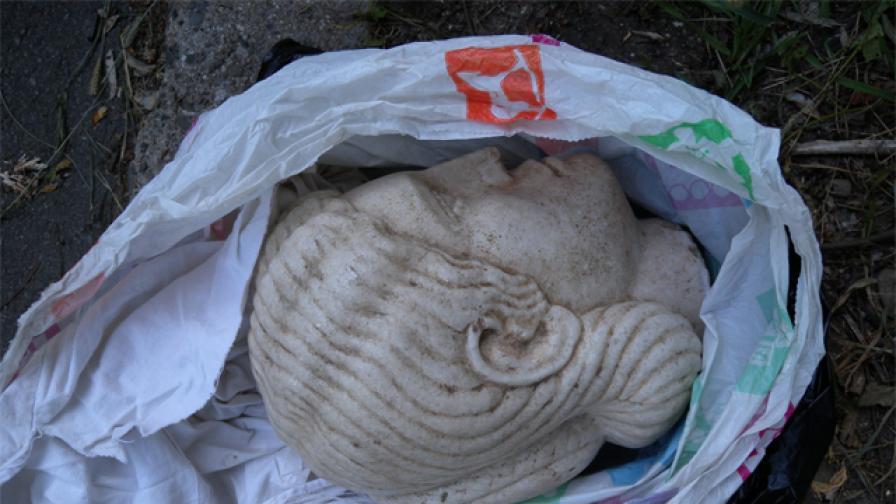 """През август в шуменско """"Ауди"""" полицаите откриха тази мраморна женска глава от І-ІІ век от н.е."""