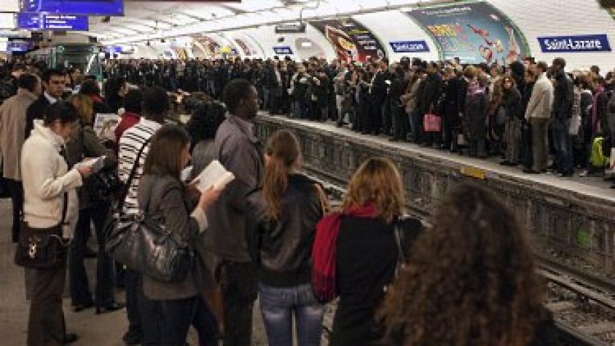 Във Франция железници стачкуват вече втори ден срещу пенсионната реформа. Според проучванията повечето французи подкрепят протестите
