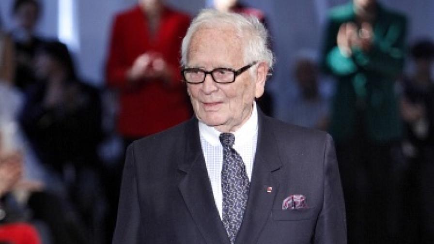 Макар и на 88 години, Пиер Карден работи като хиперактивен младеж. Той е едновременно бизнесмен, продуцент, собственик на ресторанти, на театри и член на Академията за изящни изкуства в Париж