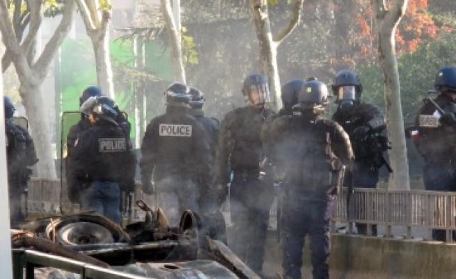 Сълзотворен  газ срещу протестиращи студенти в Париж