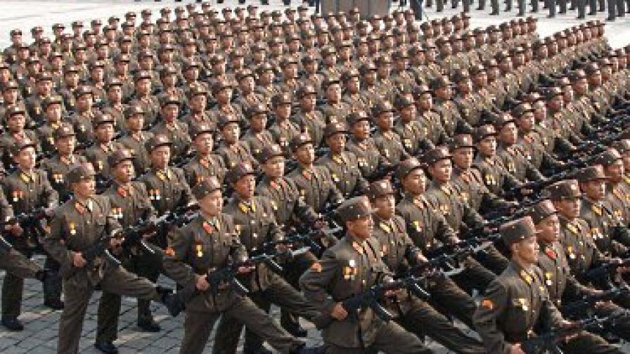 Севернокорейски войници маршируват по време на парада за 65-годишнината на Китайската работническа партия на 10 октомври