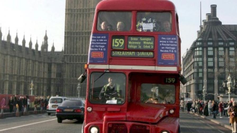 Лондон с модерни двуетажни автобуси