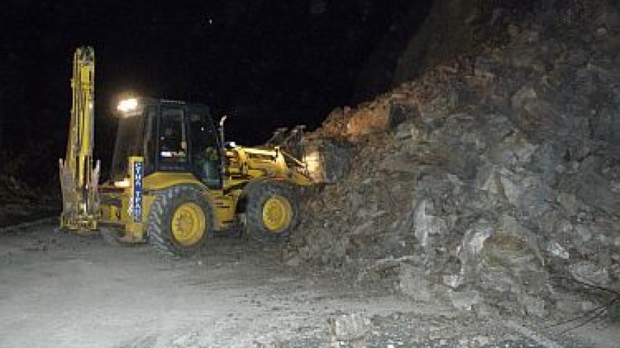 Осем часа чистиха скали от Е-79, пострадали няма