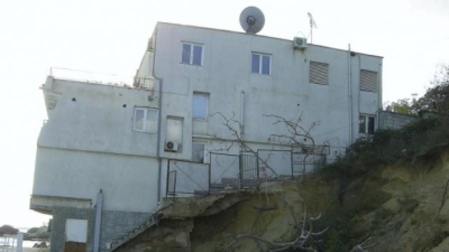 """Този грозен хотел издигнат незаконно на плажа """"Кабакум"""", ще бъде срутен"""