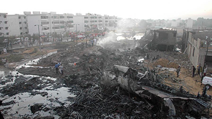 Товарен самолет падна върху жилищен квартал в Карачи