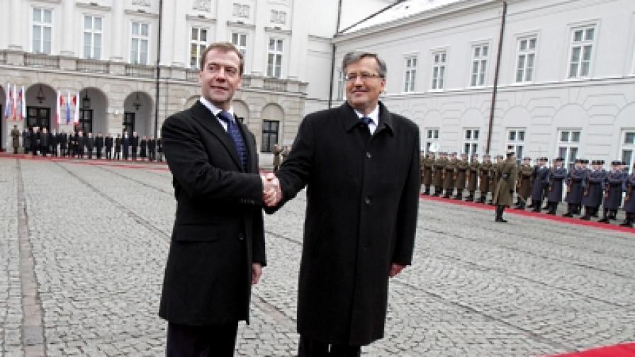 Президентът на Полша Квашневски и президентът на Русия Медведев на официалната церемония по посрещането във Варшава
