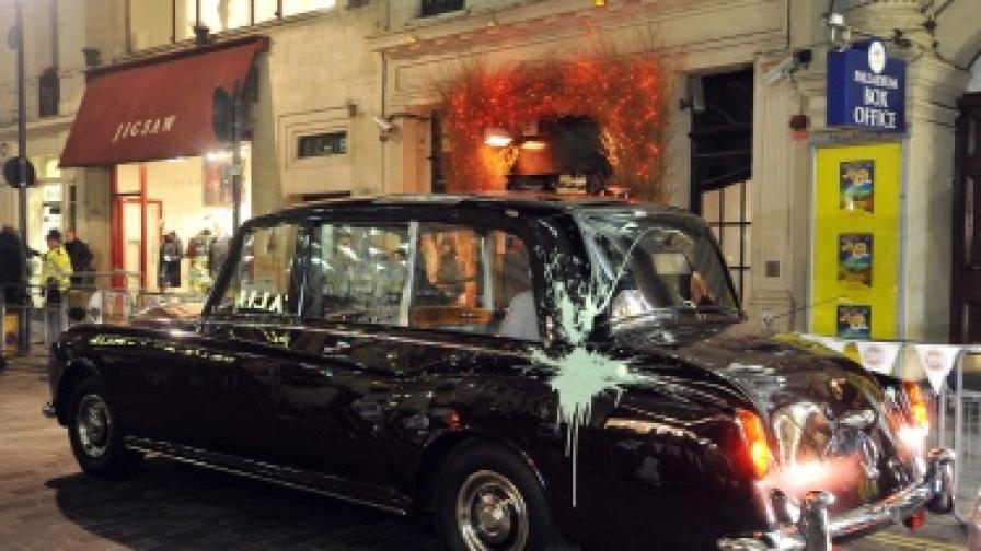 Студенти и ученици нападнаха колата на принц Чарлз