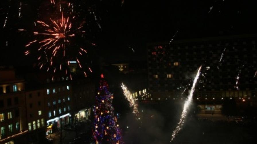 """На 1 декември бяха запалени светлините на елхата на София, а небето беше озарено от фойерверки. Празничното дърво се намира в градинката пред хотел """"Рила"""""""