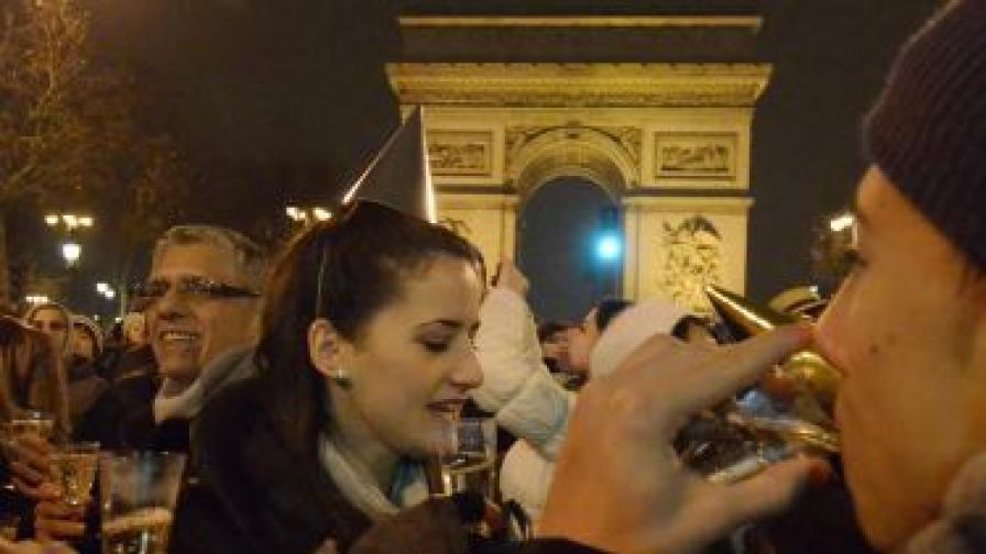 Парижани и гости на френската столица посрещат 2011 г. при Триумфалната арка