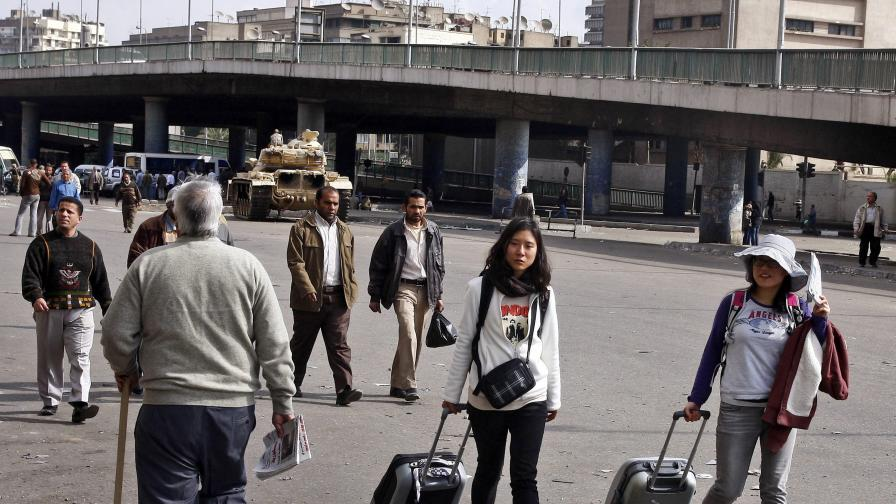 Обсъждат извънредни самолети за българите в Египет