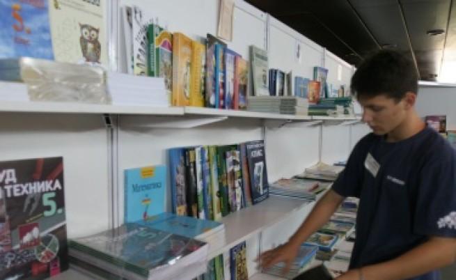 Експерт: Учебниците изостават не с години, а с векове