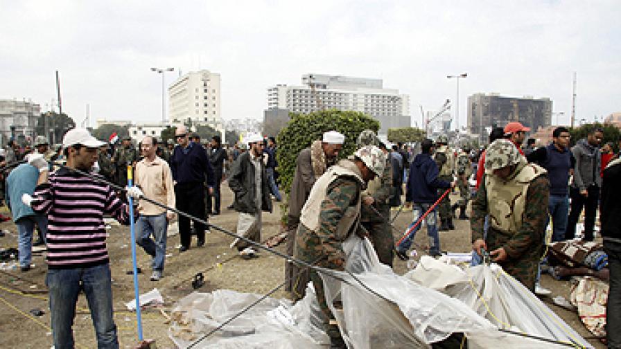 """Армията се опита да разчисти площад """"Тахрир"""", но там отново се събират демонстранти, други изобщо не са си тръгвали"""