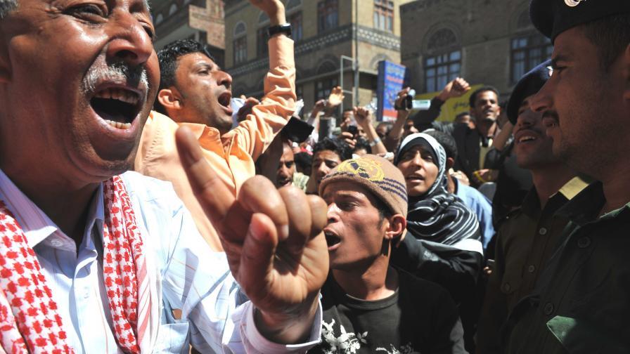 Хора на властта нападат протестиращи в Йемен
