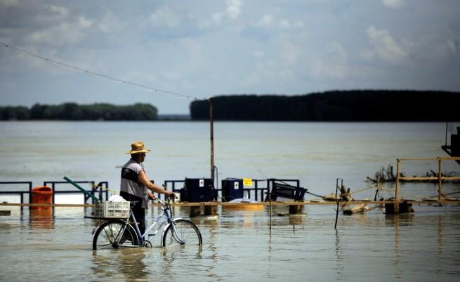 Журналисти фоторепортери с колело по Дунав