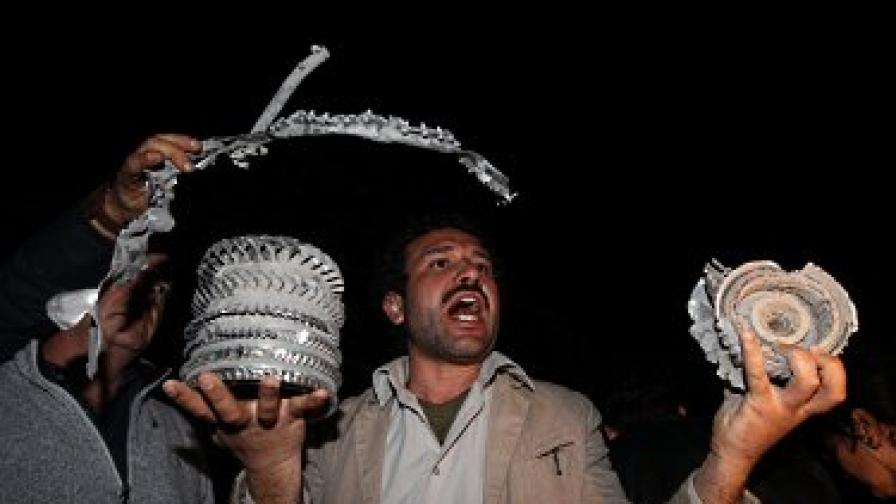 Либиец показва останки от ракета, ударила резиденцията на Кадафи