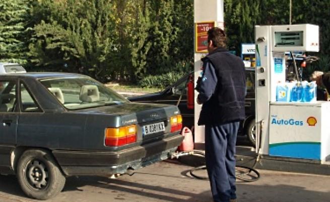 Мерки на правителството свалят цените на горивата с 14 стотинки