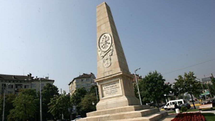 Пияна жена се заби в Руски паметник