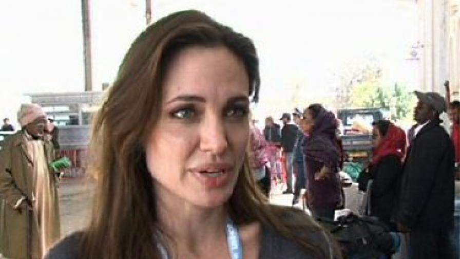 Анджелина Джоли посети либийски бежанци в Тунис