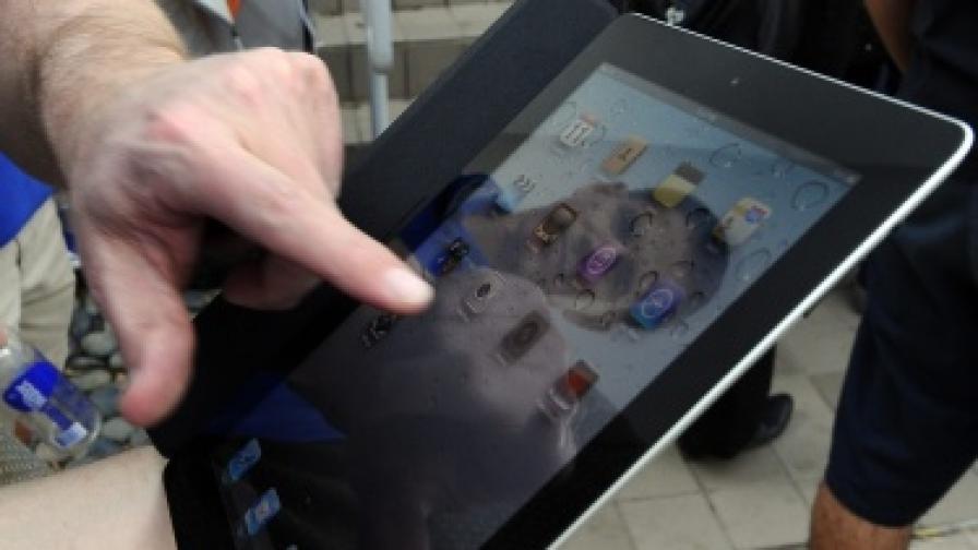 Потребител разглежда своя iPad2, чийто екран не е хибриден. Може би следващото поколение вече ще разполага с такъв.