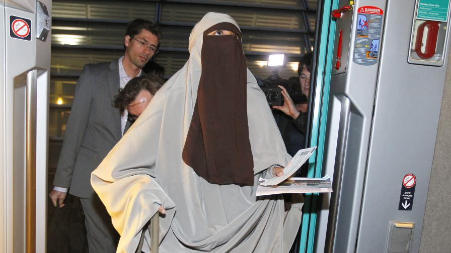 Забраната за забулване във Франция - веднага нарушена